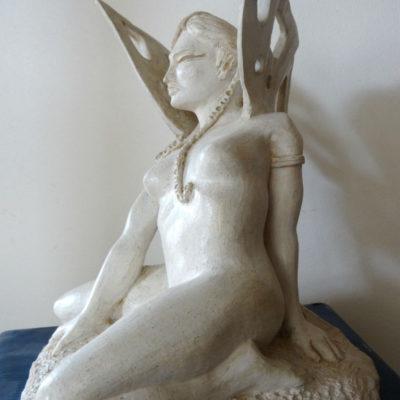 sculpture terre femme papillon